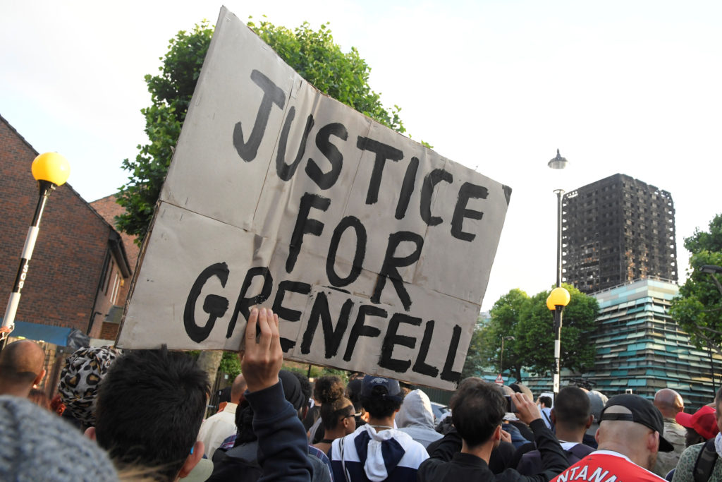 Protesters march towards The Grenfell Tower block that was destroyed by fire, in north Kensington, West London, Britain June 16, 2017. REUTERS/Toby Melville - RC17AEF8B1F0