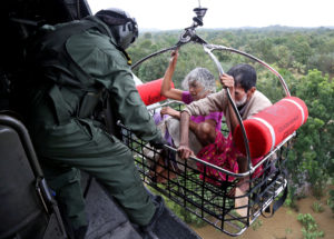 People are airlifted by the Indian Navy soldiers during a rescue operation at a flooded area in the southern state of Kerala, India, August 17, 2018. REUTERS/Sivaram V - RC15B38E0850