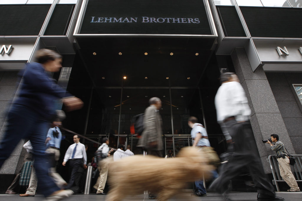 People walk past the Lehman Brothers headquarters in New York, September 16, 2008. REUTERS/Chip East
