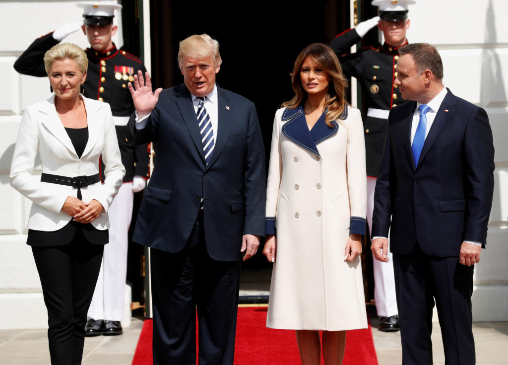 U.S. President Donald Trump and first lady Melania Trump welcome Poland's President Andrzej Duda and his wife, Agata Kornhauser-Duda, to the White House in Washington, U.S., September 18, 2018. REUTERS/Kevin Lamarque - RC1D56E70280