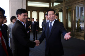 Meng Hongwei (R), Chinese Vice Public Security Minister, shakes hands with Nguyen Quang Dam, the commandant of the Vietnam Coast Guard, in Beijing, China, August 26, 2016. Photo by Reuters