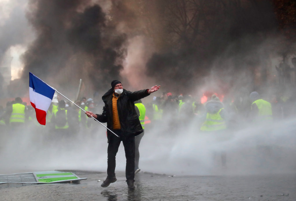 80 Injured As Yellow Vest Protests In France Enter A Third Weekend Pbs Newshour
