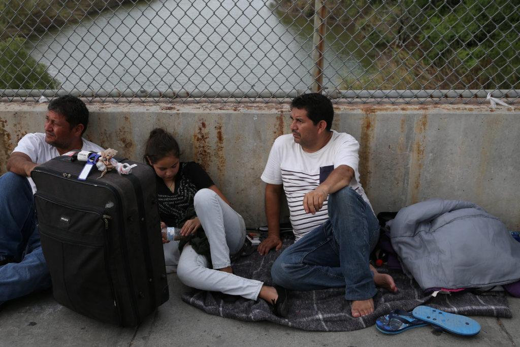 Eduardo (R) and 13-year-old daughter Aura (C), asylum seekers from …