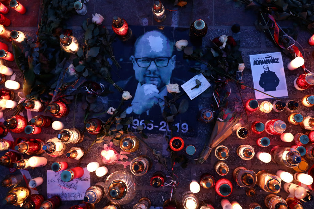 Candle lights and signs honouring Pawel Adamowicz, Gdansk mayor who died after being stabbed at charity event, are seen in the main square of Krakow, Poland January 19, 2019. Photo by Agencja Gazeta/Jakub Porzycki via Reuters