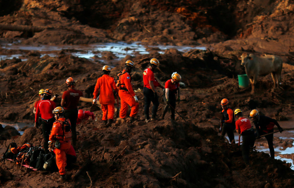 Members of a rescue team search for victims after a tailings dam owned by Brazilian mining company Vale SA collapsed, in Brumadinho, Brazil January 28, 2019. Photo by Adriano Machado/Reuters