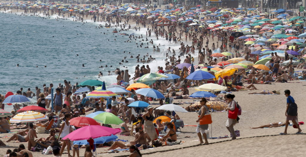 People cool off at platja d'Aro beach in Costa Brava, north of Barcelona, Spain, August 23, 2015. Photo by Albert Gea/Reuters