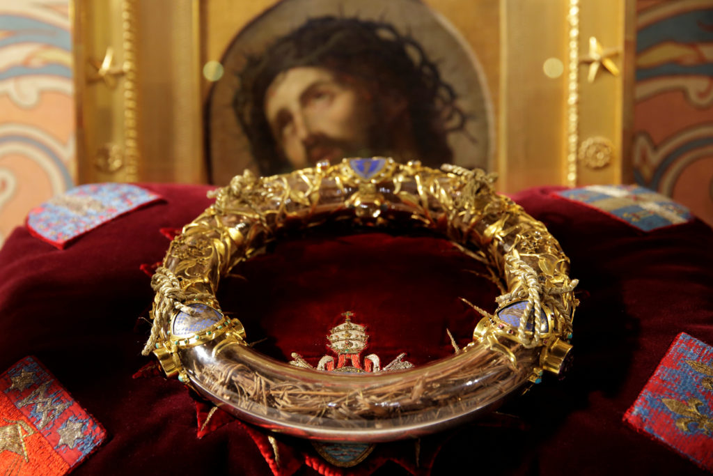 FILE PHOTO: The Holy Crown of Thorns is displayed during a ceremony at Notre Dame Cathedral in Paris March 21, 2014. Photo by Philippe Wojazer/Reuters