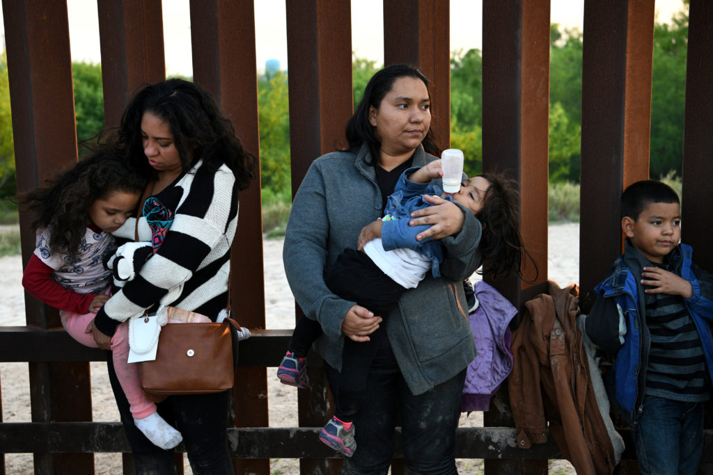 Central American migrants turn themselves in to U.S. Border Patrol …