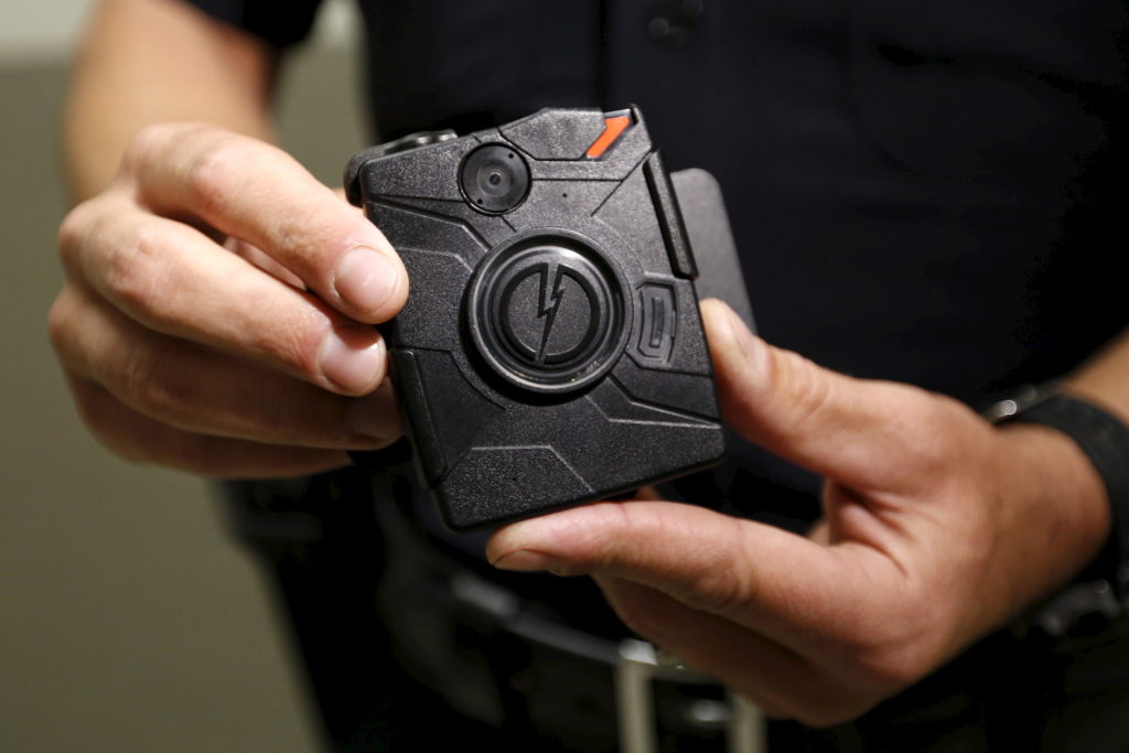 LAPD information technology bureau officer Jim Stover demonstrates the use of the body camera during a media event displaying the new body cameras to be used by the Los Angeles Police Department in Los Angeles, California August 31, 2015.  REUTERS/Al Seib/Pool - GF10000188173