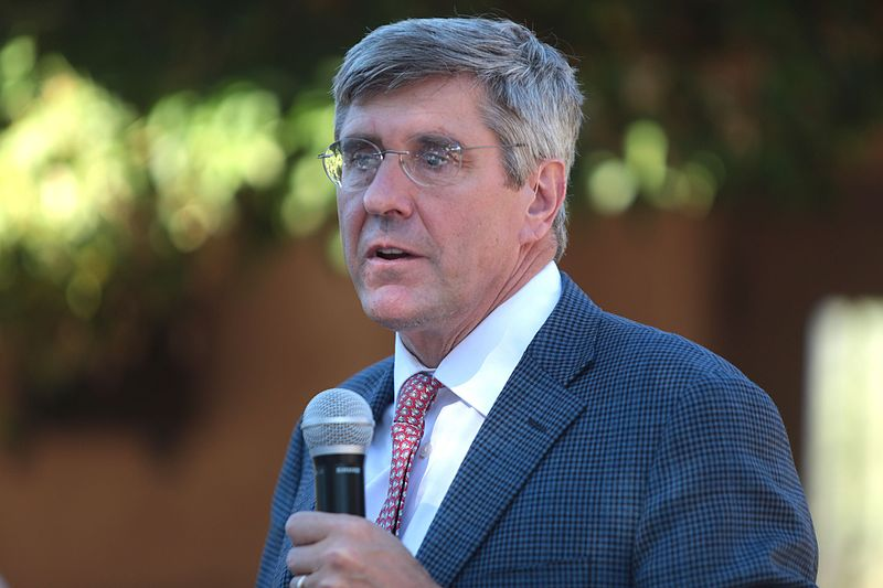 Stephen Moore speaks with attendees at a fundraiser for the ASU Center for Political Thought & Leadership at the Country C...