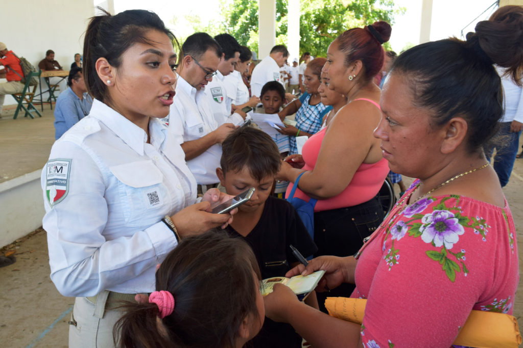 Officials of the National Migration Institute register migrants fro…