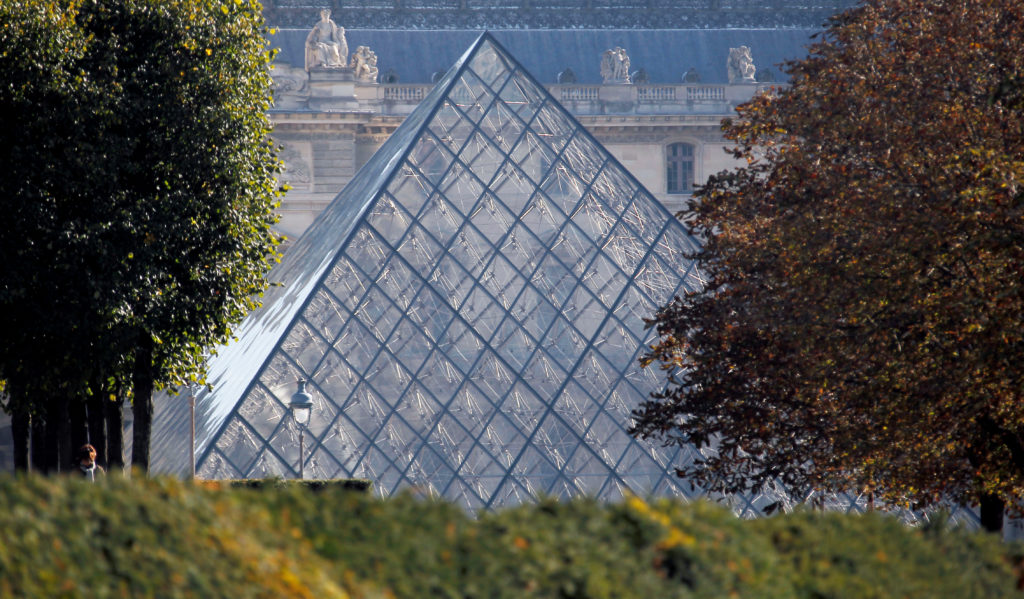 Louvre reopens after one-day closure due to overcrowding