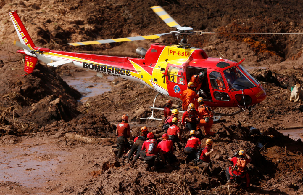 Members of a rescue team search for victims after a tailings dam owned by Brazilian mining company Vale SA collapsed, in Brumadinho, Brazil January 28, 2019. Photo by REUTERS/Adriano Machado