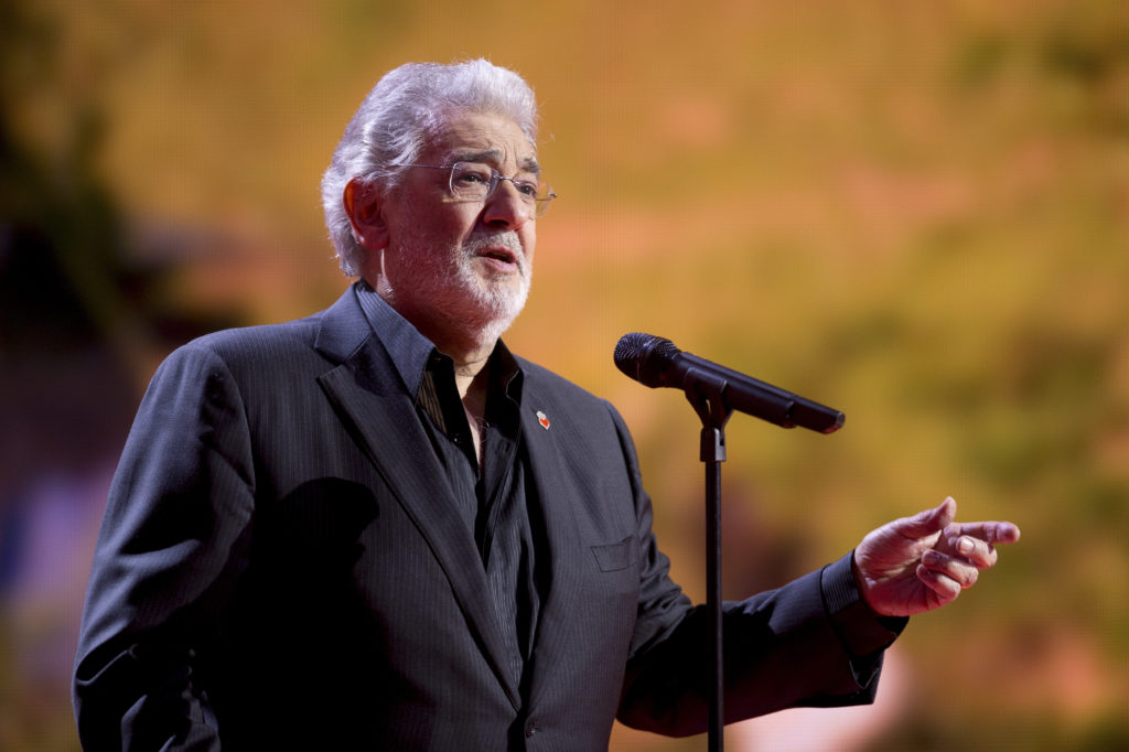 """Spanish tenor Placido Domingo sings during the """"Ein Herz fuer Kinde…"""