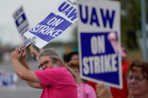 General Motors assembly workers picket outside the General Motors Bowling Green plant during the United Auto Workers (UAW) national strike in Bowling Green, Kentucky, U.S., October 10, 2019. Photo by REUTERS/Bryan Woolston/File Photo