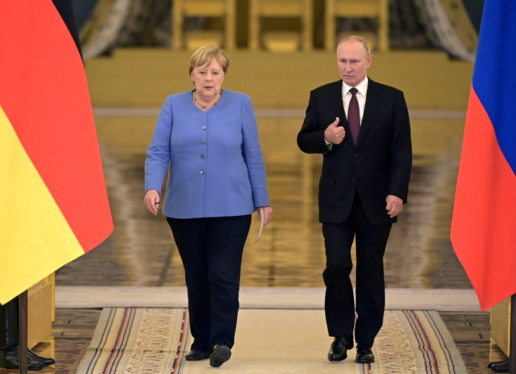 Russian President Putin and German Chancellor Merkel attend a news conference in Moscow
